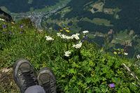 Bregenzerwald; Blick von der Kanisfluh über die Wanderstiefel hinweg nach Mellau an der Bregenzer Ache