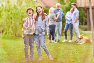 Lachende Geschwister Kinder im Garten