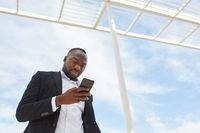 Geschäftsmann liest Nachricht auf Smartphone