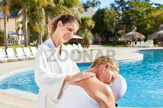 Physiotherapeutin gibt Seniorin eine Massage