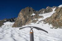 Eispickel auf einem Gletscher in den Alpen