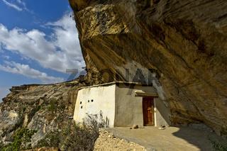 Eingang zur orthodoxen Felsenkirche Petros and Paulos Melehayzengi, Äthiopien