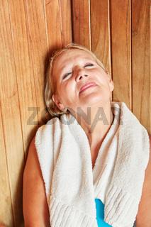 Senior Frau genießt Sauna Wärme