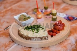 kalte Platte auf Holzteller zubereitet - Nahaufnahme Vorspeise