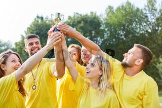 Sieger Team hält stolz den Pokal in die Höhe