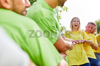 Junge Leute trainieren ihre Fitness auf einem Sportfest