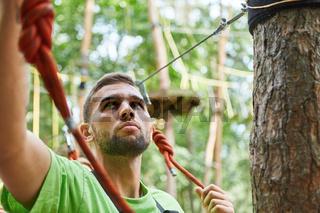 Klettersport Anfänger prüft vorsichtig die Sicherung