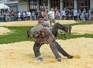 Nachwuchs-Schwinger kämpfen im Sägemehlring, Kantonales Schwingfest im Kanton Genf, Schweiz