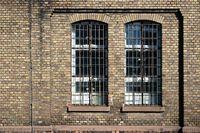 Stillgelegte Fabrik mit Backsteinwänden