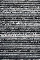 Rollladen mit abblätternder  Farbe als Hintergrund nutzbar, schwarzweiß
