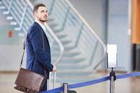 Business Mann auf Geschäftsreise im Terminal