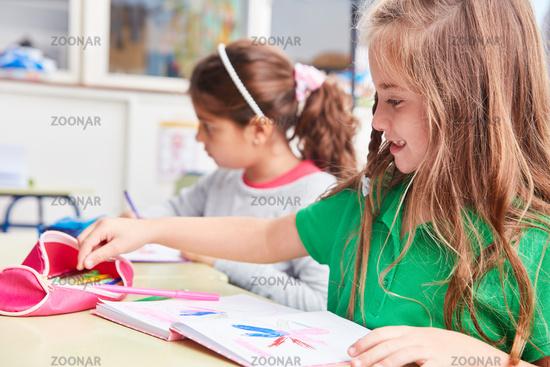 Mädchen beim Zeichnen von kreativen Bildern