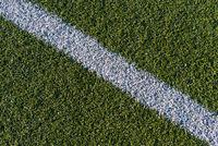 Weisse Linie auf grünem Rasen