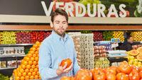 Junger Mann als Kunde beim Gemüse Kauf