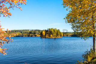 Herbstspaziergang am See in Schweden