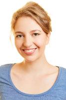 Bewerbungsfoto einer lächelnden jungen Frau