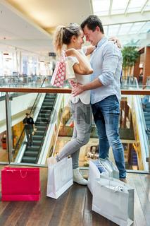 Verliebtes Paar mit vielen Einkaufstüten