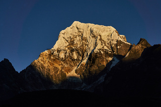 Berg Cholatse in Nepal im Sonnenuntergang