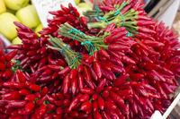 Frische Pepperoni in Bündeln auf einem Markt