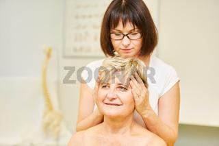 Ärztin behandelt Nackenschmerzen mit Osteopathie