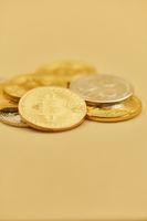 Bargeld Haufen miit Bitcoin und Ripple Münzen