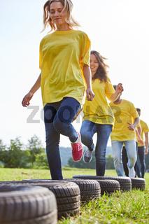 Team trainiert Fitness und Koordination