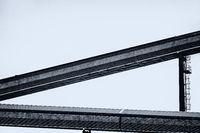 Abstrakte Aufnahme einer Förderanlage im Hafen von Rostock Warnemünde in schwarzweiß