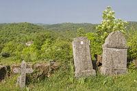 Grabsteine in der Wildnis Istriens