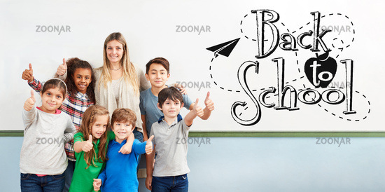 Klasse Schüler mit Back To School Text an Tafel