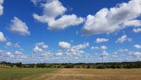 Landschaft mit Wolken im Spätsommer