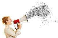 Geschäftsfrau ruft in Megafon mit Buchstaben