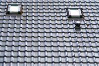 Dach mit Dachschindeln und Fenster