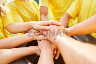 Junges Team stapelt Hände aufeinander