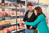 Paar beim Fleisch Kauf scannt Etikett einer Verpackung