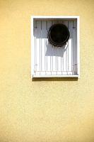 Dunstabzugshauben im Fenster