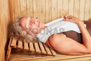 Senior Frau macht einen Wellness Urlaub