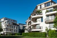 Neue Mehrfamilienhäuser vor blauem Himmel