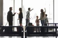 Gruppe Reisende im Flughafen Terminal in der Ruhezone