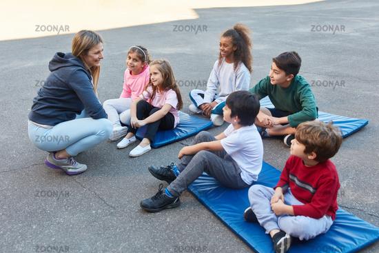 Sportlehrerin und eine Gruppe Schüler