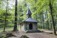 Holzkapelle im Wald