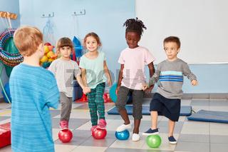 Multikulturelle Kinder beim Kinderturnen