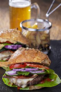 hausgemachter Hamburger mit Pommes frites