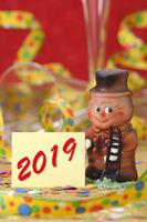 Champagnerkorken mit Jahreszahl 2019 und Kaminkehrer als Talisman