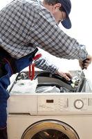Arbeiter repariert Maschine