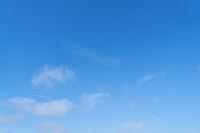 Blauer Himmel mit wenigen weißen Wolken