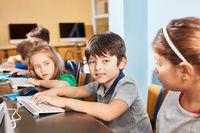 Junge als Schüler am Computer