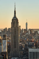 New York City mit dem Empire State Building und One World Trade Center im Sonnenuntergang