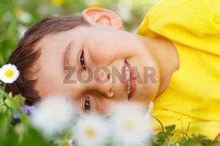 Kind Frühling Blumen Blumenwiese kleiner Junge Portrait Gesicht draußen Natur