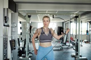 Junge Frau trainiert Muskelaufbau für den Trizeps