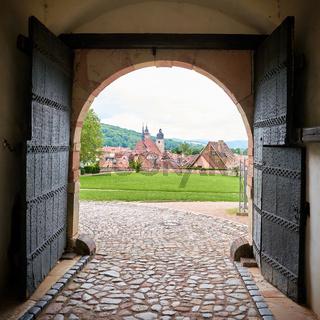 Blick durch einen Torbogen des Schlosses Wilhelmsburg auf Schmalkalden
